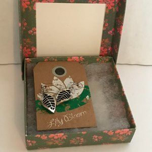 Natural Life Earrings in Box Leaves Lily Bloom